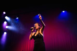 Vleugelvrouw live in theater De Beun (foto: Noukka Signe)
